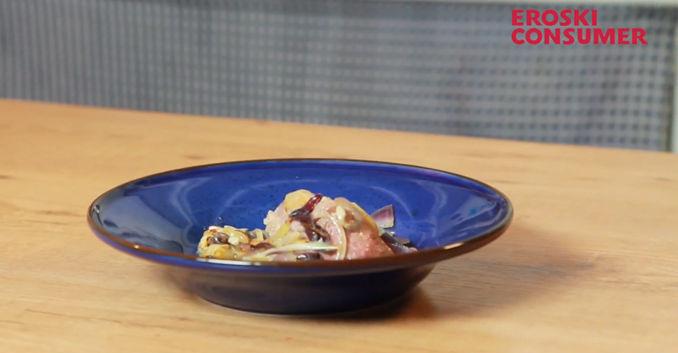 Costillas y paletilla de cordero de leche asado con patatas y cebolla confitada