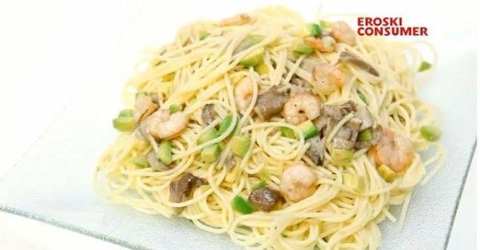 Espaguetis con setas, gambas y aguacate