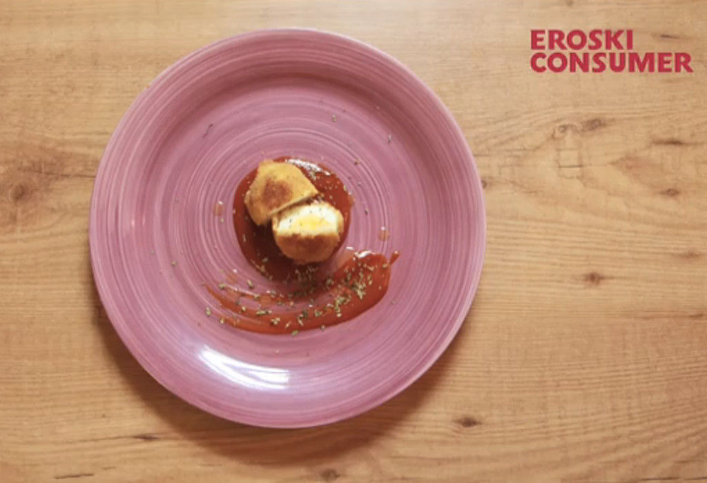 Huevos cocidos gratinados con bechamel y salsa de tomate