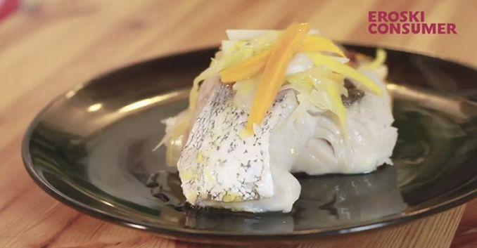 Merluza al vapor con patata, zanahoria y puerro