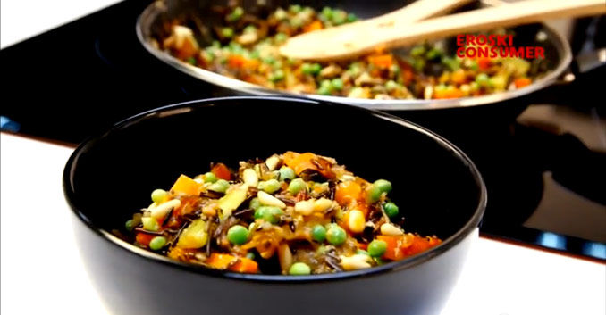 Sartén de verduras y arroz silvestre