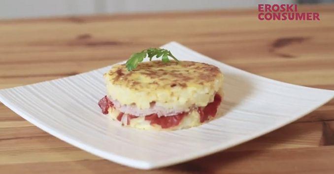 Tortilla de patata con jamón y pimientos asados
