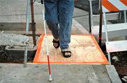 Las ciudades marginan aún más  a ciegos y sordos que a quienes usan sillas de ruedas